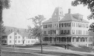 The first Dexter Richards Hall (1892-1935), also known in summer as The Bird Village Inn.